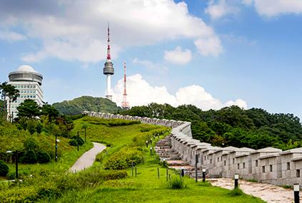 (en haut et en bas à gauche) Chemin de randonnée au mont Namsan (en bas à droite), plat de jokbal à Jangchung-dong