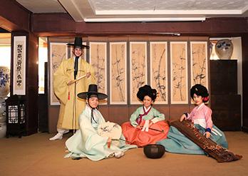 伝統文化体験(右・写真提供:南山コル韓屋村)
