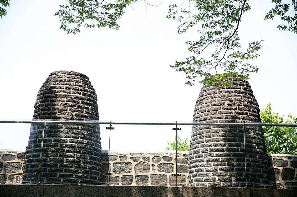 南山区間にある烽燧台址と蚕頭峰アイランド(右下)