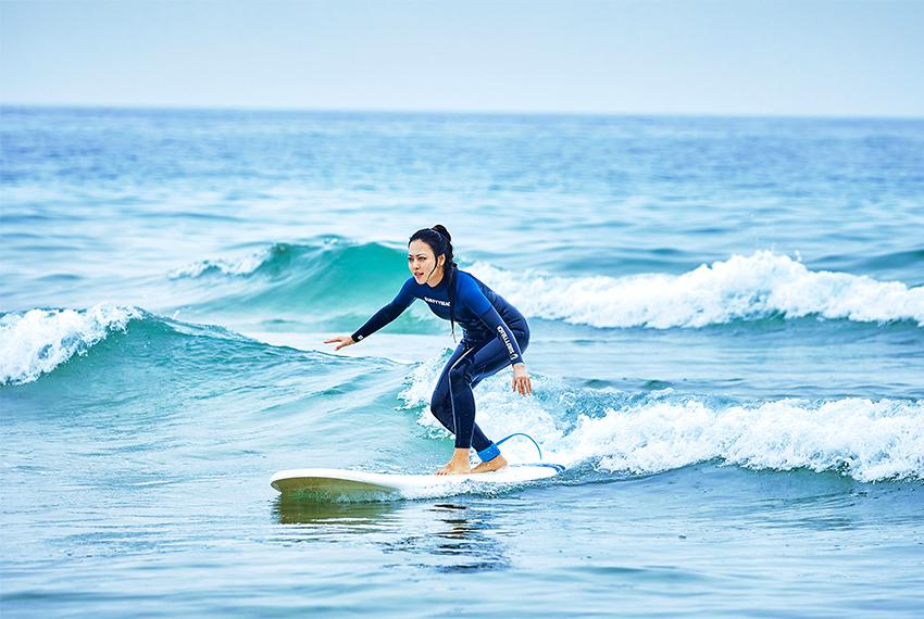 Surfkurs bei Surfyy Beach (Quelle unten rechts: Min Hye-kyung, Surfyy Beach)