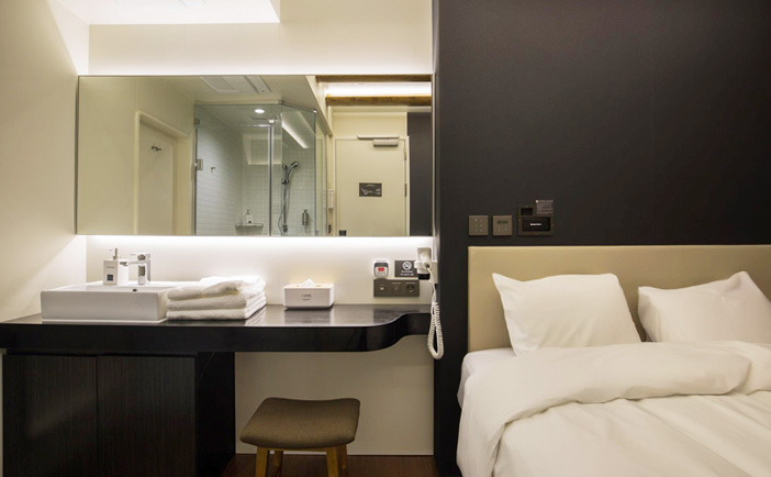 Darakhyu guest room (top credit: Walker Hill), Spa On Air (left) & free shower room (right credit: Incheon International Airport)