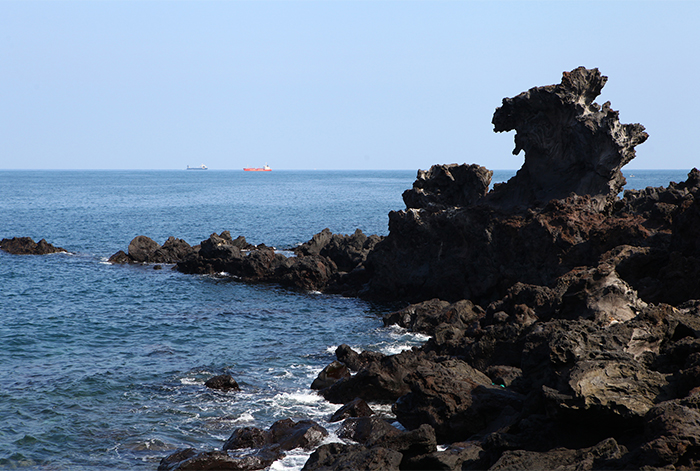 Yongduam Rock (top), Samseonghyeol & Jeju Folklore & Natural History Museum (bottom)