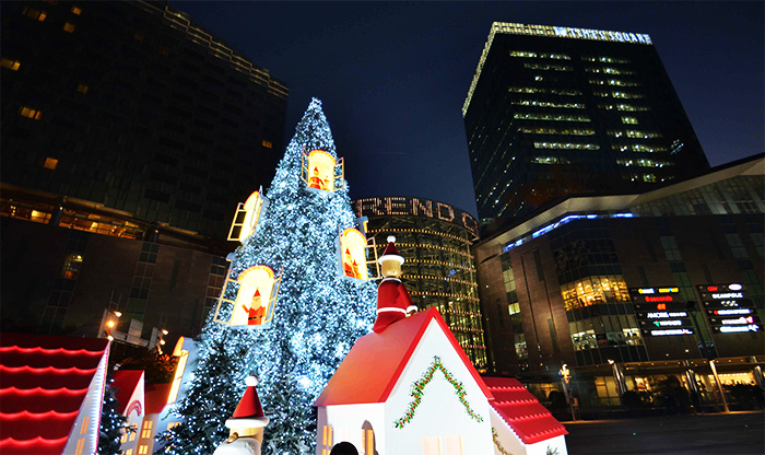 Times Square's grand Christmas Tree Zone (Credit: Kyungbang Times Square)