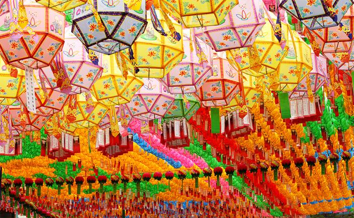 曹渓寺境内に吊るされた色鮮やかな燃灯