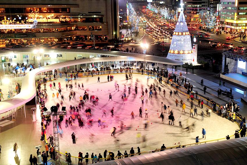 Каток на Сеульской площади вечером (Предоставлено: мэрия Сеула)