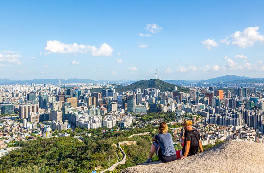 Городской пейзаж Сеула, открывающийся с гор Инвансан