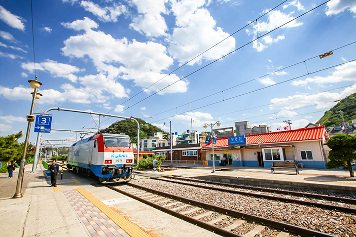 Photo: Mugunghwa train pulling into Jeongdongjin Station