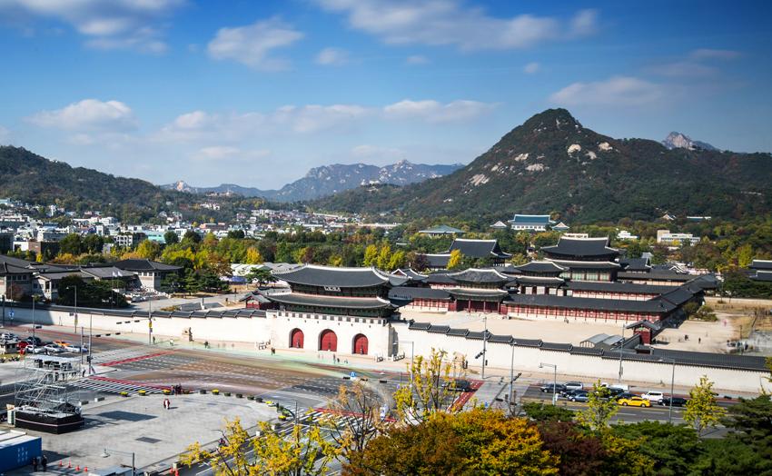 Дворец Кёнбоккун (сверху), ручей Чхонгечхон (снизу слева), город Сондо (снизу справа)