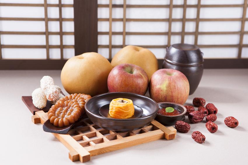 Продукты, которые ставят на стол для церемонии жертвоприношения духам предков «чхаре» (Источник: Хвангён ильбо)