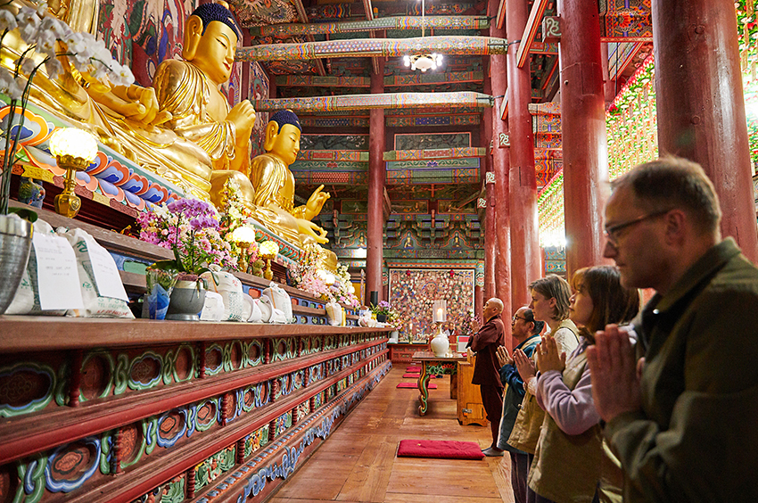 Церемония поклонения Будде ебуль и 108 поклонов