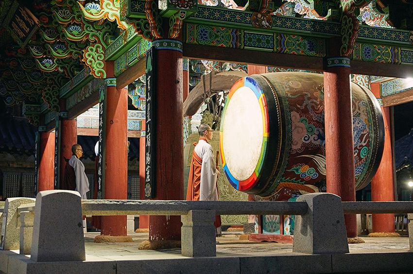 Церемония поклонения Будде ебуль вечером