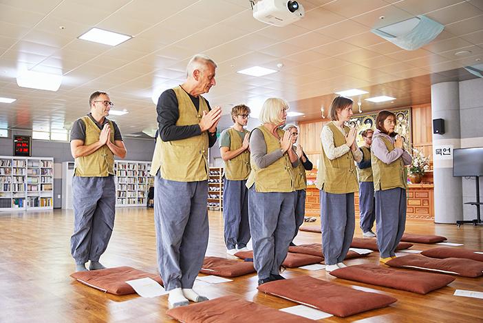法住寺テンプルステイ参加者による合掌の姿勢