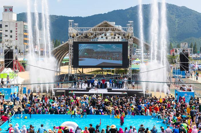 正南津長興水祭りの様子