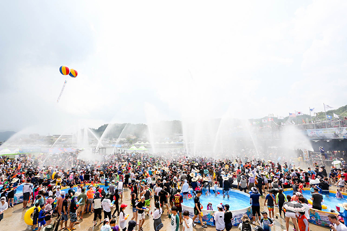 Water gun fight at the Jeongnamjin Jangheung Water Festival (Credit: Jangheung-gun Office)