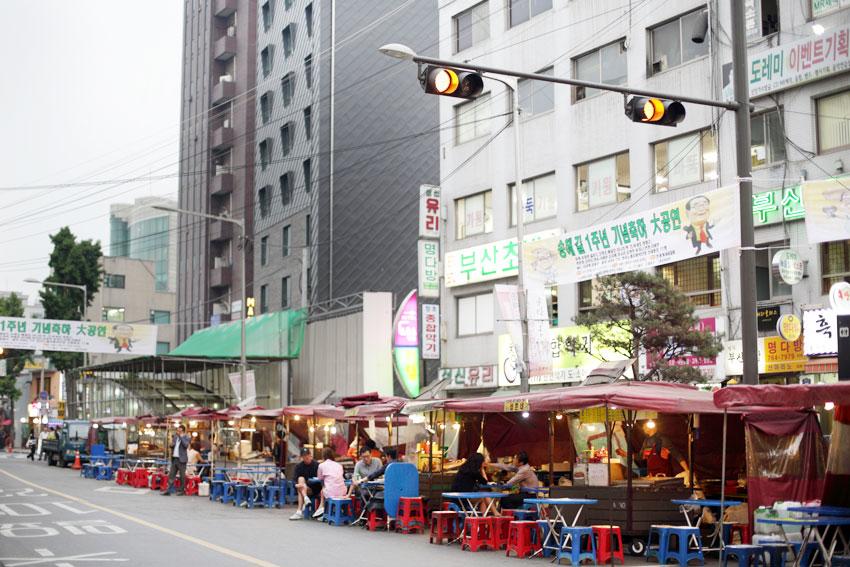 Calle de puestos de comida al aire libre en Ikseon-dong