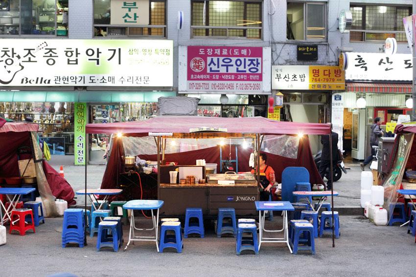 Una tienda al aire libre y comida en venta