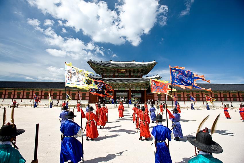 Церемони смены императорского караула во дворце Кёнбоккун