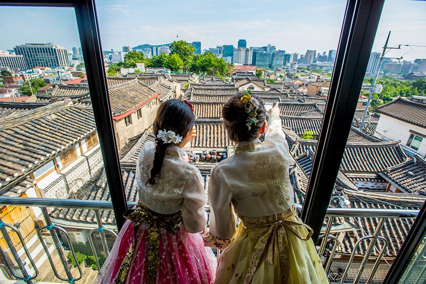Пейзажи,открывающиеся из деревни традиционных корейских домов ханок Букчхон