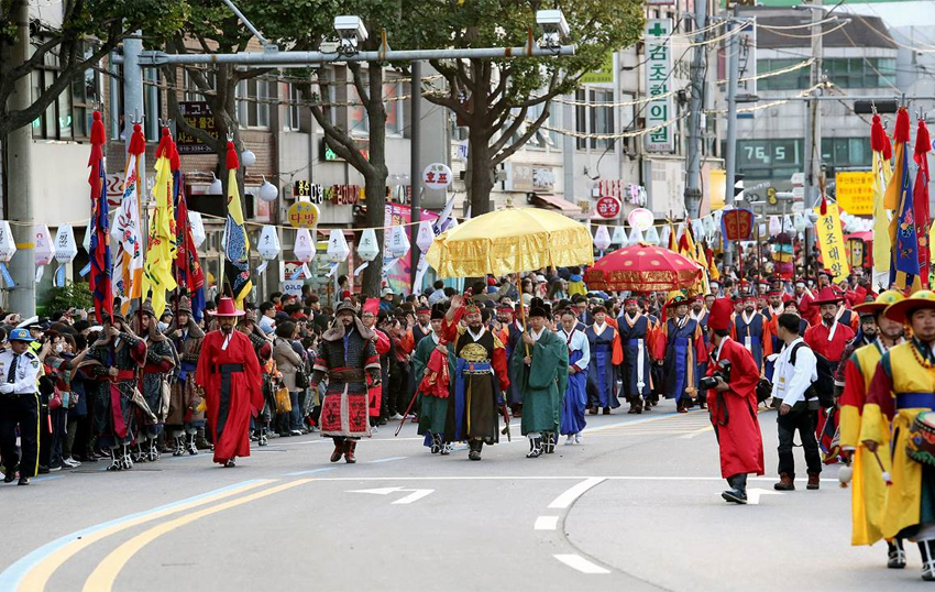 Baudeogi Festival Royal Carriage Parade (Credit :  Anseong City Hall)