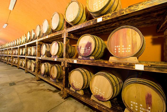 Wine storage tunnel (top), personalized wine experience (left) & Sanmeoru Wine (left, credit: Sanmeoru Farm)