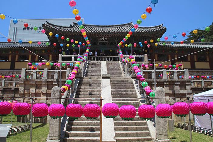 仏国寺の紫霞門(上)/仏国寺の国宝「多宝塔」(左下) /樹々に囲まれた海印寺入口(右下)