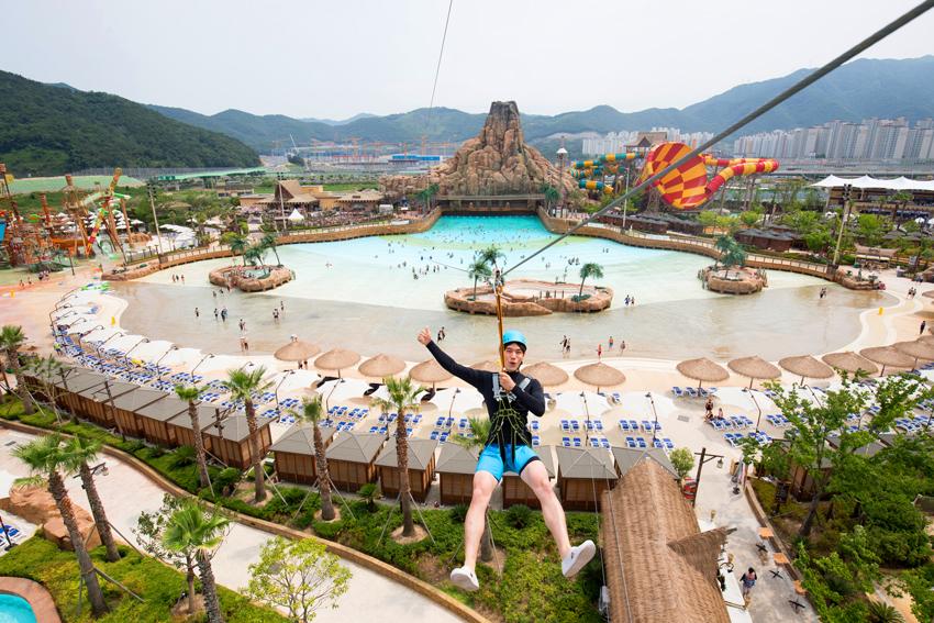 Аттракцион Zip-line в аквапарке Лотте в Кимхэ (Источник: Lotte Waterpark в Кимхэ)