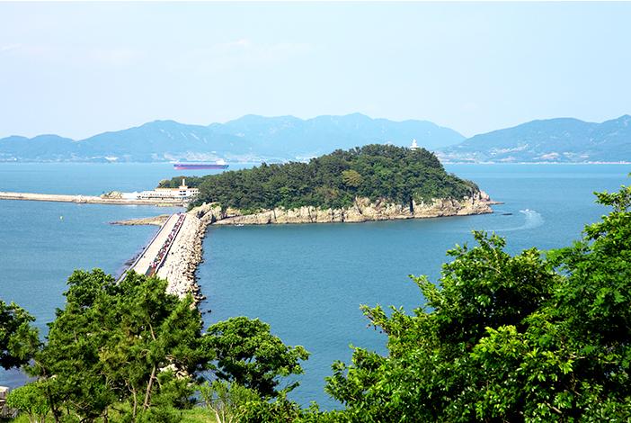 防波堤で繋がっている梧桐島