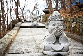 向日庵の階段にある仏像