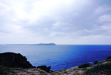 Vista del mar desde la cima del pico (abajo a la izquierda)