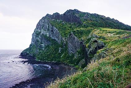 Acantilados del pico Ilchulbong (abajo a la derecha)