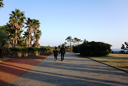 Una pareja caminando por un sendero (abajo a la derecha).