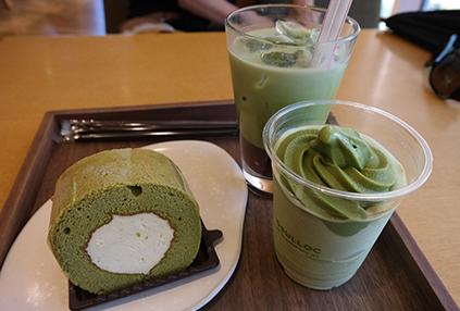 Postres elaborados con té verde en la cafetería (abajo a la derecha).