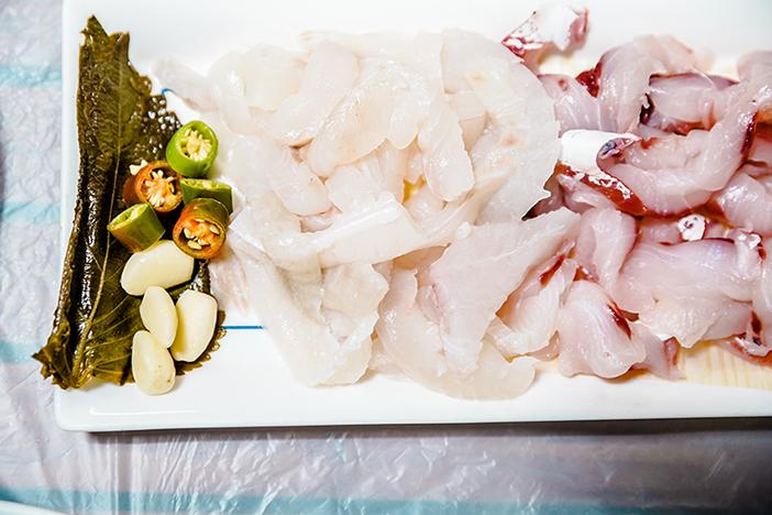 タチの様々な海産物料理。刺身(上)、貝蒸し(下左)、カニの和え物(右)
