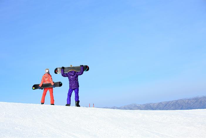 Сноубордисты на горнолыжном склоне парка YongPyong Resort