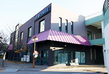 KBS水原电视剧制作中心 (左) / KBS水原艺术厅(右) (提供: 水原市厅)