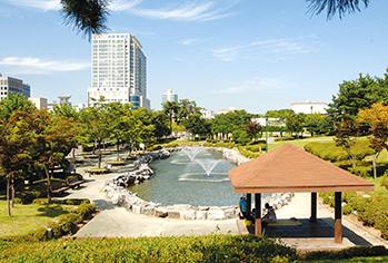 孝园公园全景(左,提供: 水原市厅) / 粤华苑 (右)