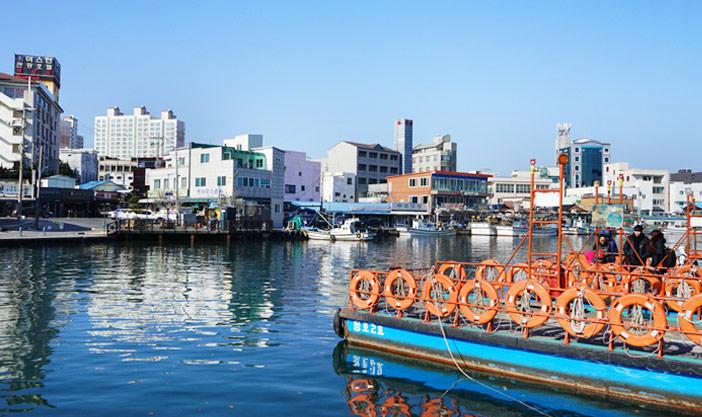 Crédits) Paysage du village Abai et le bateau Gaetbae
