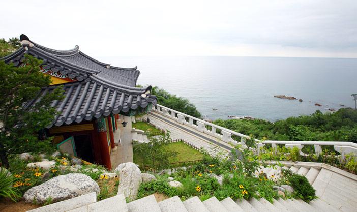 Le temple Naksansa sur la côte