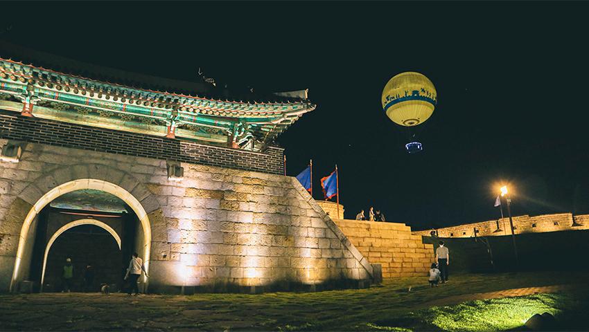 Montgolfière Flying Suwon et porte Changnyeongmun