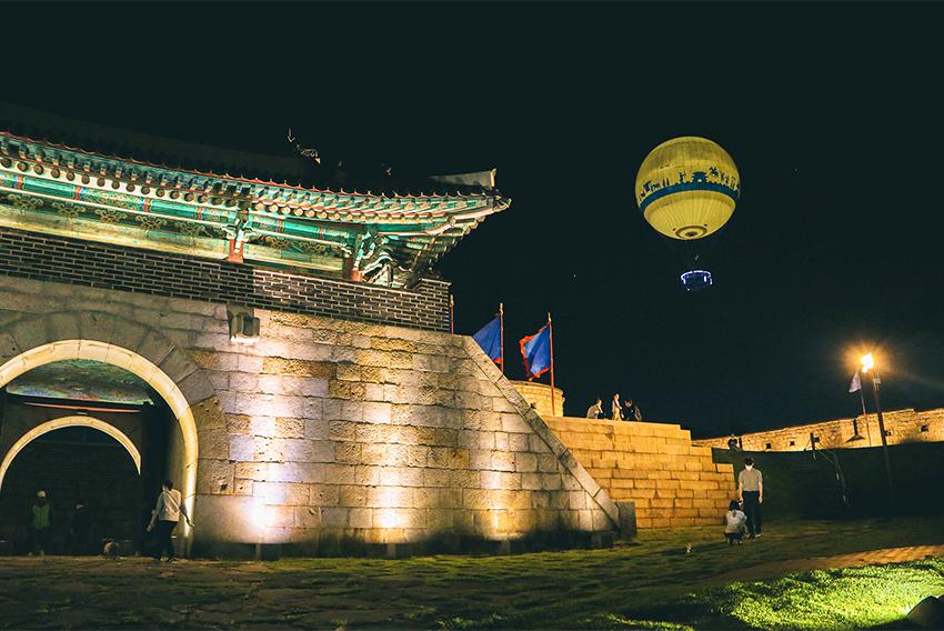 Vue de nuit de la montgolfière et de la porte Changnyongmun