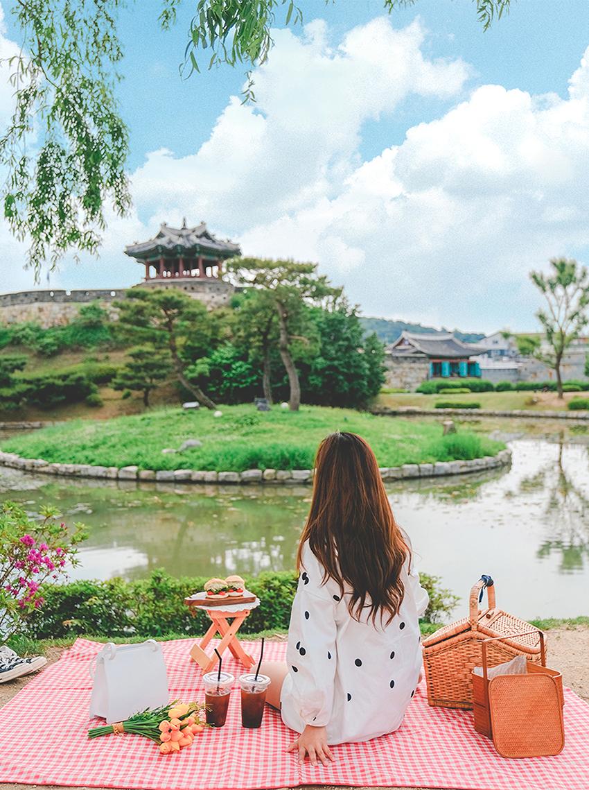 Espace vert devant Banghwasuryujeong
