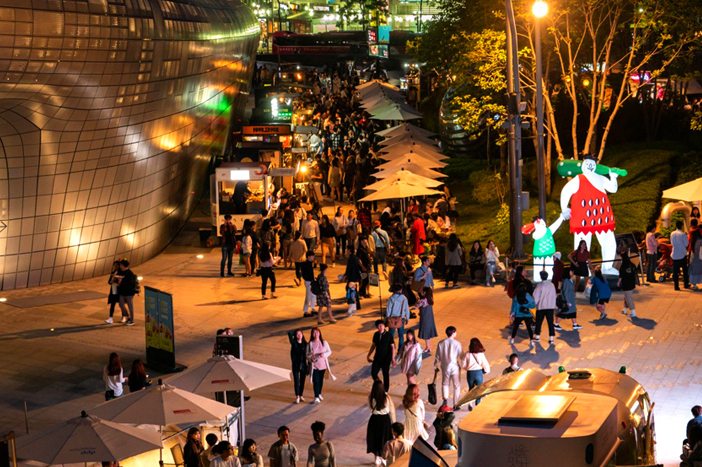 Various activities at Bamdokkaebi Night Market (Credit: Seoul Metropolitan Government)
