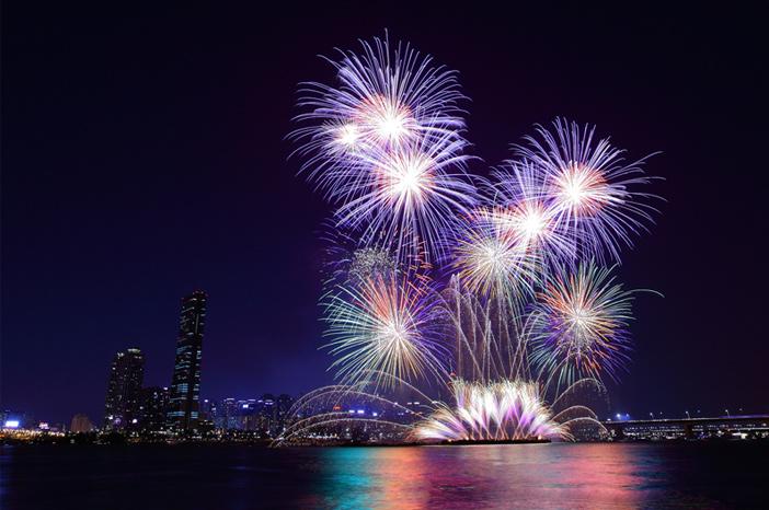 举办首尔世界烟花节的汝矣岛景象