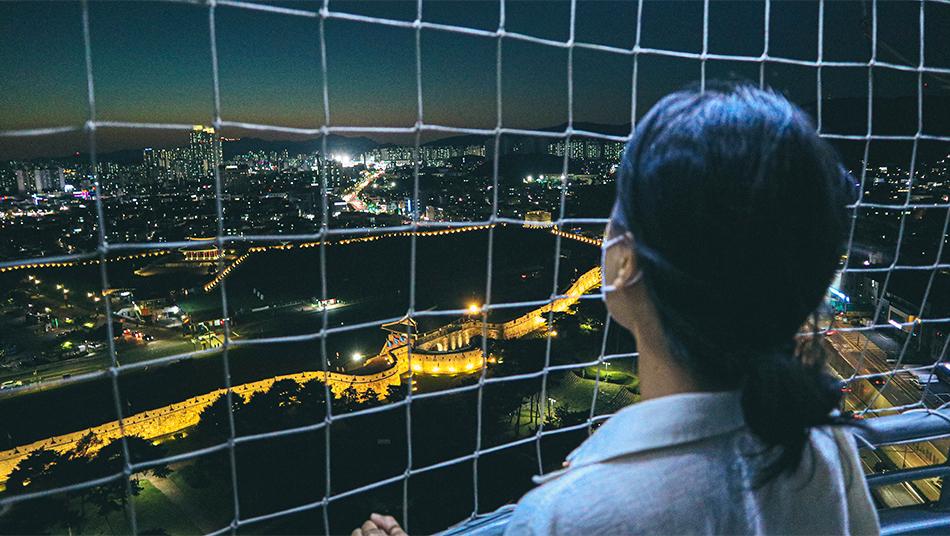 フライング水原の熱気球のゴンドラから見下ろす水原華城の夜景