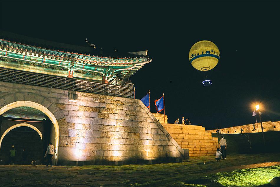 夜景に映えるライトアップされた蒼龍門とフライング水原の熱気球