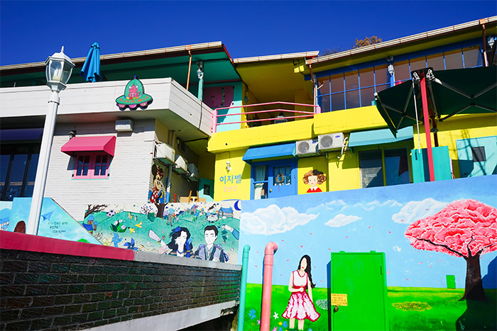 Paysages de la rue du village des peintures murales de Jaman