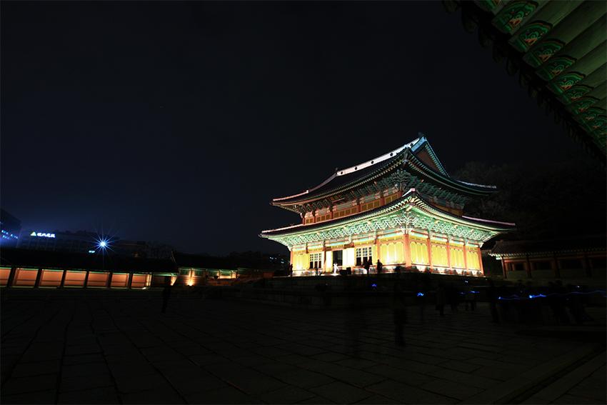 Vista nocturna del pabellón Injeongjeon.