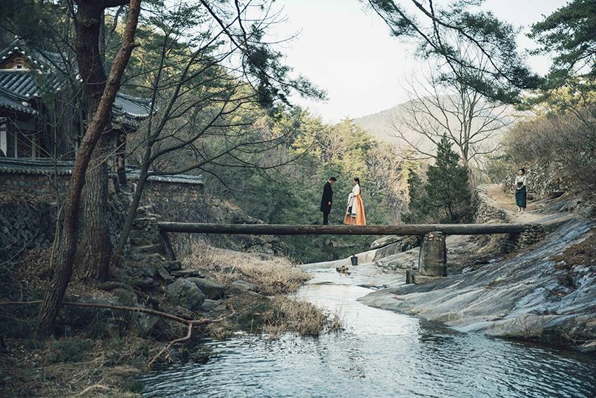 在晚休亭相見的宥鎮與愛信 (圖片來源: Hwa&Dam Pictures)