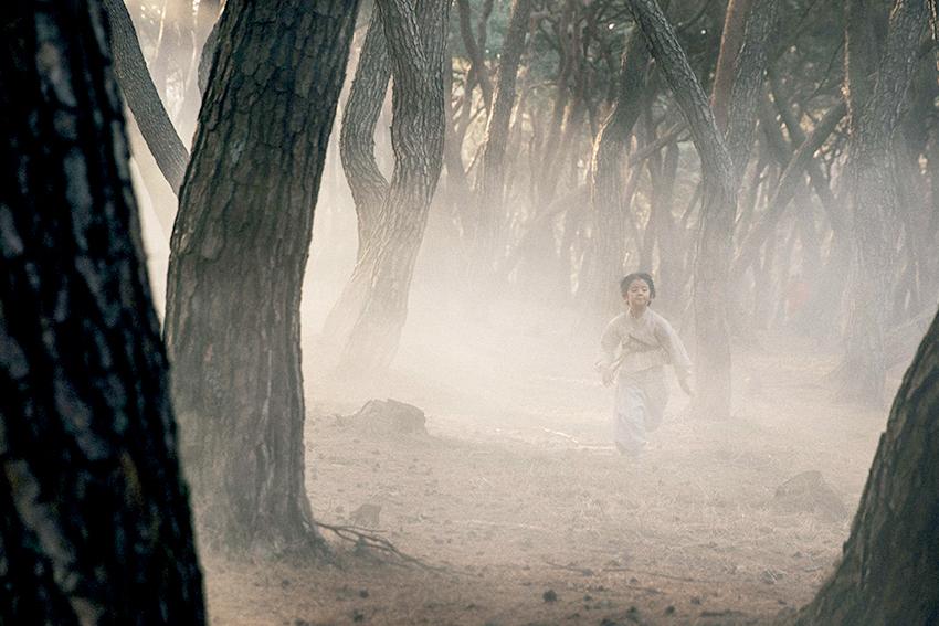 Eugene de niño escapándose por el bosque Samreungsup (Cortesía: Hwa&dam Pictures)