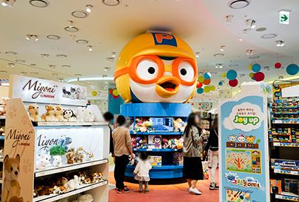 佈置有各種大型玩偶的玩具王國Toy Kingdom內部
